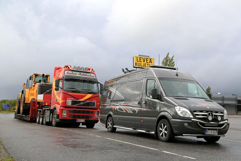 Pilot Vehicle und Überformatlasts-Transport-LKW geparkt stockbild