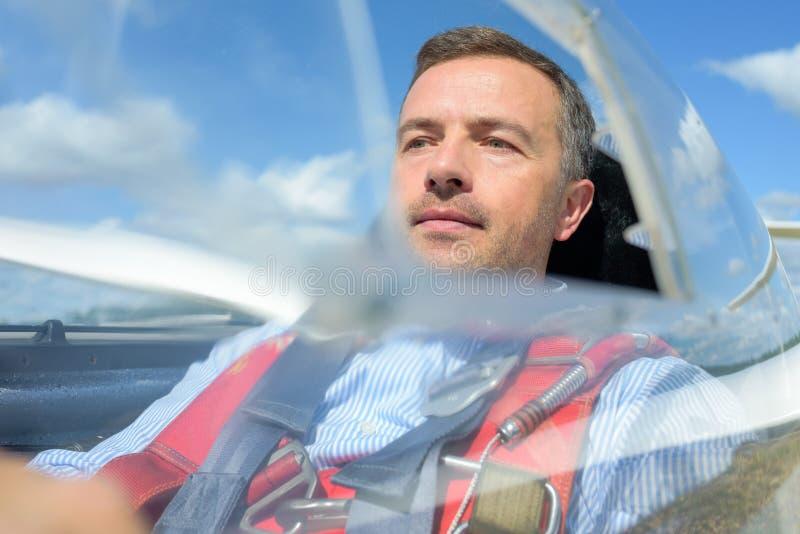 Pilot w szybowcowym kokpicie obraz stock