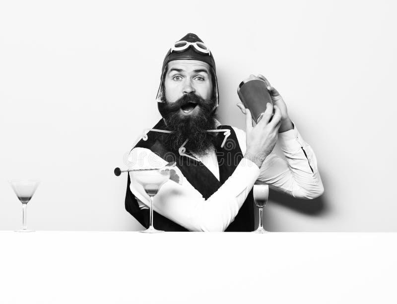 Pilota barbuto bello felice fotografia stock libera da diritti