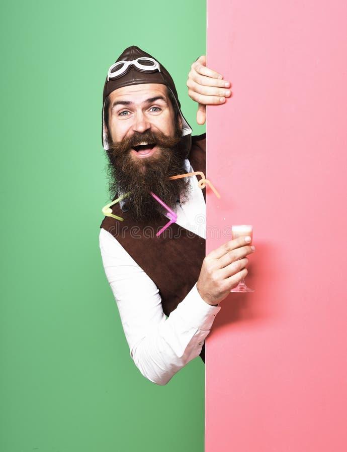 Pilota barbuto bello sorridente fotografia stock libera da diritti