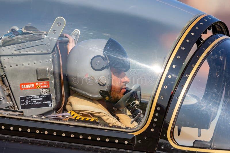 Pilota dal gruppo di Al Fursan Aerobatic dell'aeronautica degli Emirati Arabi Uniti nella cabina di pilotaggio dell'aria di addes immagine stock