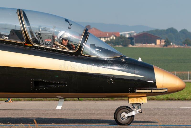 Pilota dal gruppo di Al Fursan Aerobatic dell'aeronautica degli Emirati Arabi Uniti nella cabina di pilotaggio del airc di addest fotografia stock