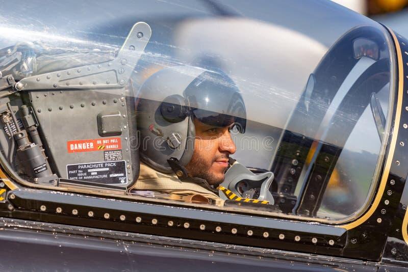 Pilota dal gruppo di Al Fursan Aerobatic dell'aeronautica degli Emirati Arabi Uniti nella cabina di pilotaggio del airc di addest fotografie stock libere da diritti