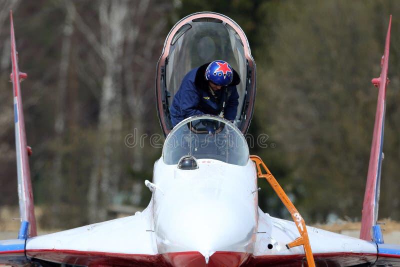 Pilota di Mikoyan-Gurevich MiG-29 del gruppo di acrobazie aeree di rondoni dell'aeronautica russa durante la ripetizione di parat fotografia stock