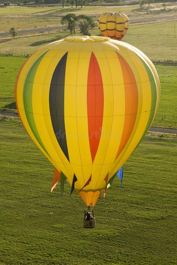 Pilota a ideia dos Ballons que voam sobre campos imagens de stock