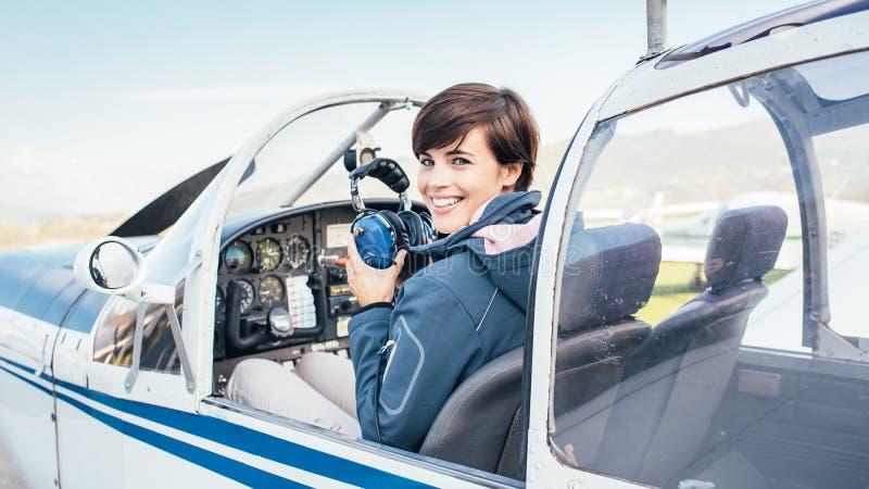 Pilota nella cabina di pilotaggio di aerei fotografie stock