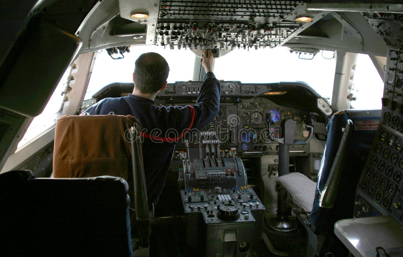 Download Pilote aux contrôles image stock. Image du paquet, course - 733505