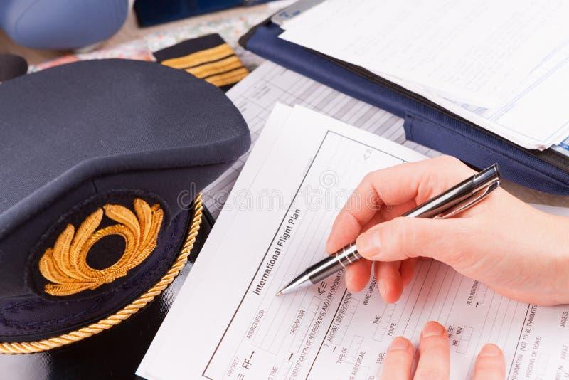 Pilote d'avion remplissant en vol plan photographie stock