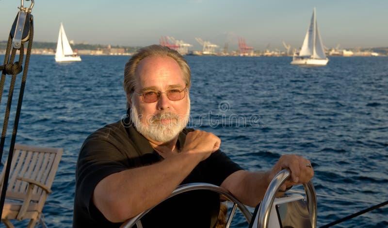 Pilote de bateau à voiles photo libre de droits