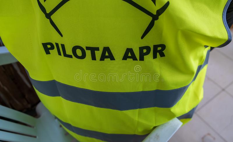 Pilote de bourdon tout en utilisant une veste qui identifie un pilote pendant la phase d'exercice images libres de droits