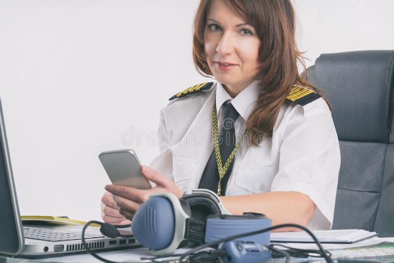 Pilote de compagnie aérienne au bureau photos libres de droits