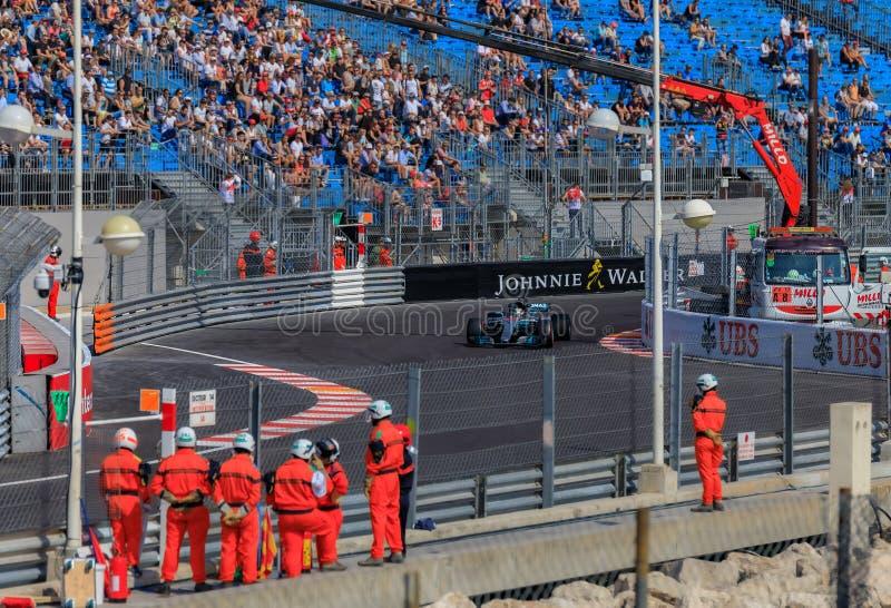 Pilote de course britannique Lewis Hamilton conduisant la voiture de Mercedes F1 ? la course de Grand Prix de la formule 1 en Mon photographie stock libre de droits