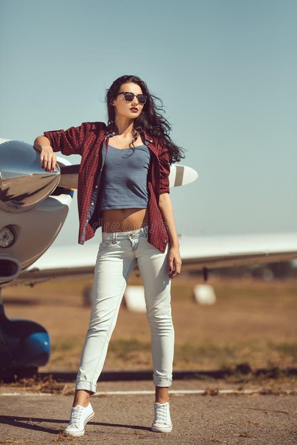 Pilote de femme et avion d'affaire privée photographie stock libre de droits