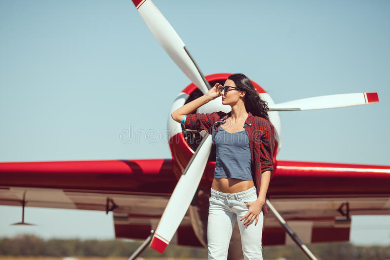 Pilote et avion de femme photographie stock