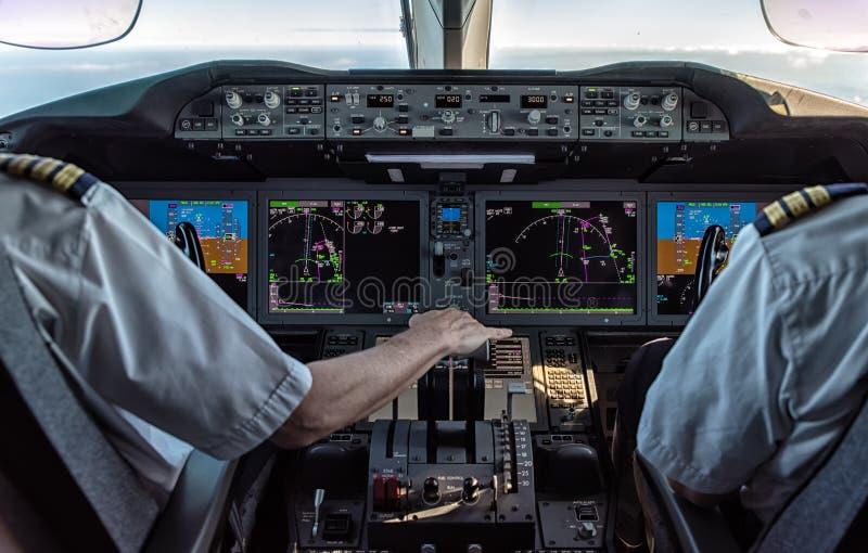 Pilote et co-pilote dans l'avion commercial images libres de droits
