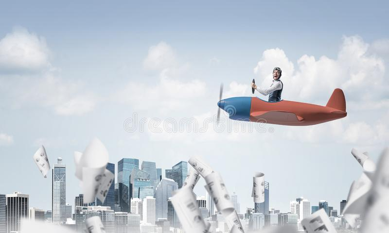 Pilote ?motif satisfaisant s'asseyant dans l'avion image libre de droits