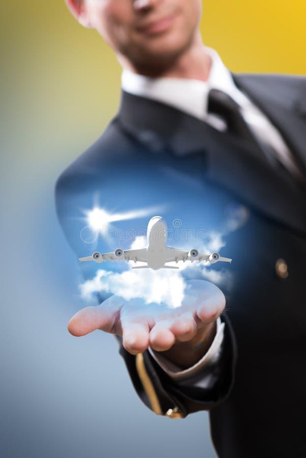 Pilote sous forme de prolonger une main à l'avion photographie stock libre de droits