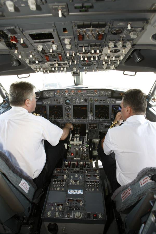 Piloten die in cockpit aan start voorbereidingen treffen