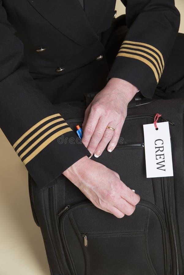 Piloten med bär på påse royaltyfri bild