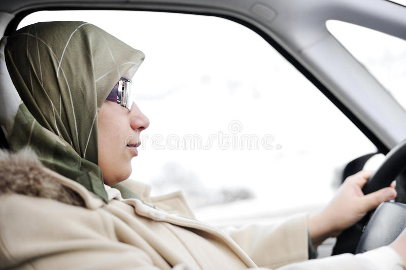 Piloter arabe musulman de femme photo libre de droits