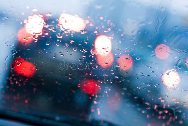 Piloter dans une pluie et un embouteillage image stock