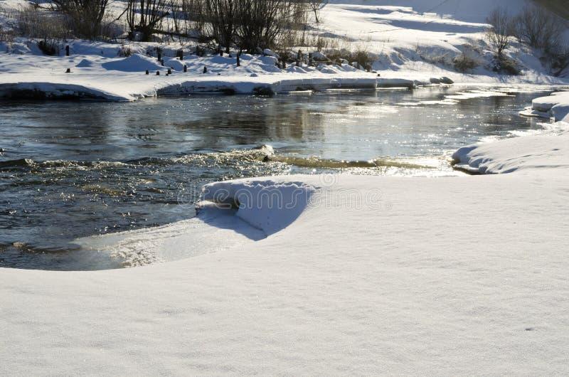 Piloter de la glace sur la petite rivière image libre de droits