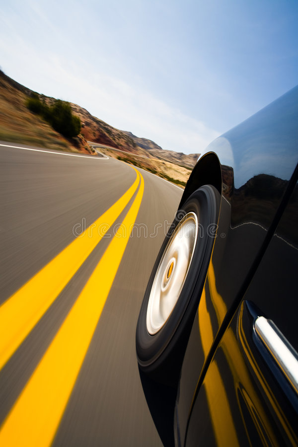 Piloter de véhicule par des montagnes image stock