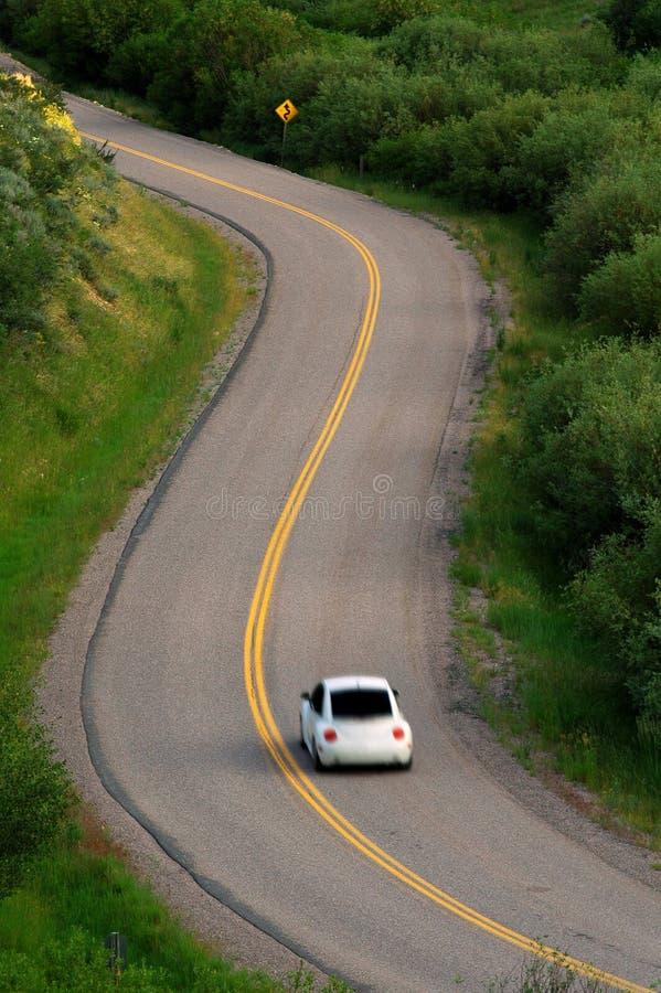 Piloter de véhicule sur la route photo stock