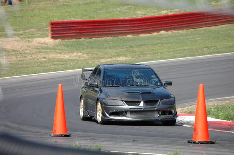 Piloter de voiture de sport sur le cours de chemin image libre de droits