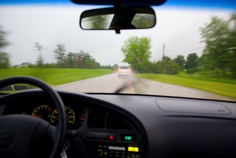 Piloter sous la pluie photographie stock libre de droits