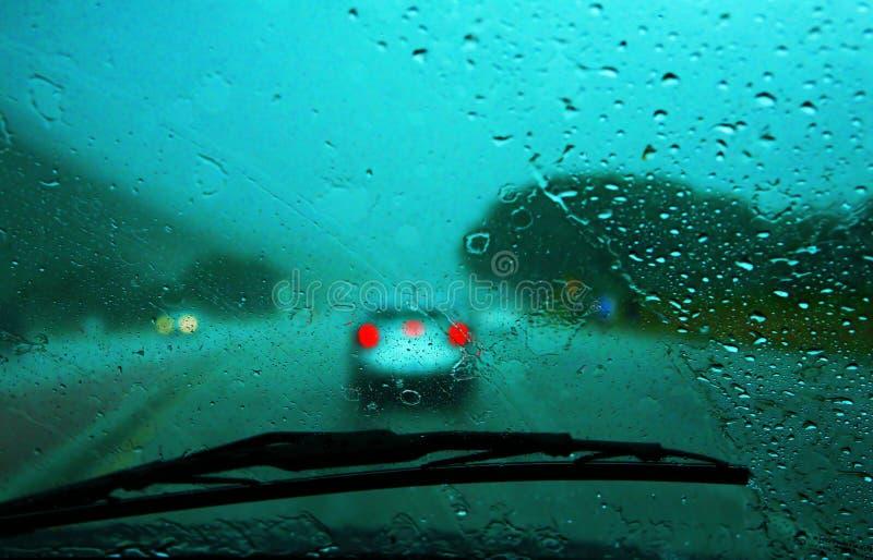 Piloter sous la pluie photo stock
