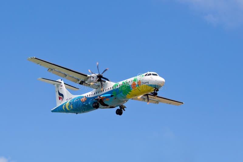 Piloter une ligne aérienne Bangkok Airways d'avion au-dessus de l'île de Koh Samui, la Thaïlande. photos libres de droits