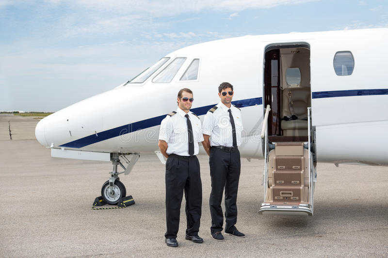 Pilotes se tenant en Front Of Private Jet images stock