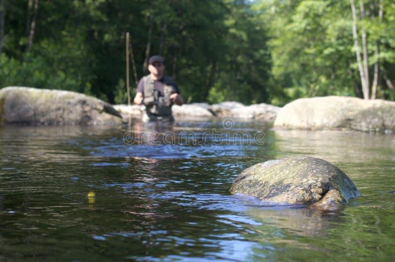 Pilotez la pêche en petite rivière photographie stock