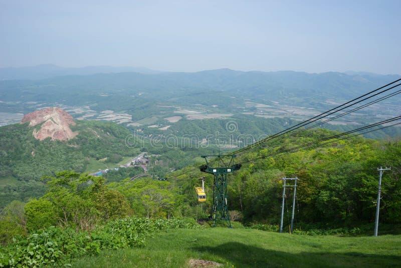 Pilotez le mât de panier et la bride pour amènent des personnes à travers la haute montagne photo stock