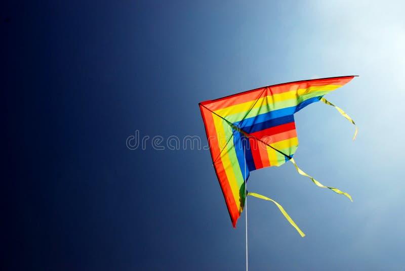 Pilotez un cerf-volant photo libre de droits