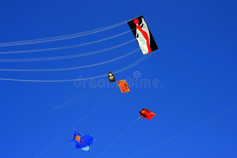 Pilotez un cerf-volant sur le ciel bleu d'été photographie stock