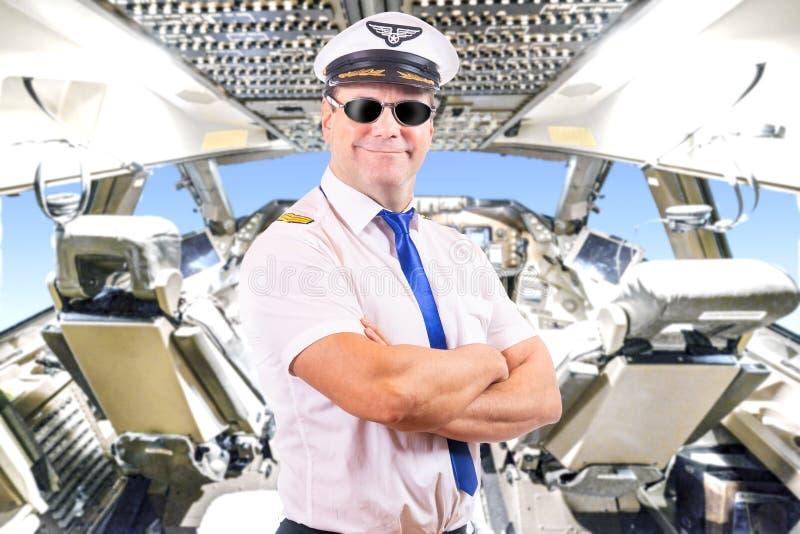 piloto com óculos de sol, fundo do plano da cabina do piloto fotografia de stock