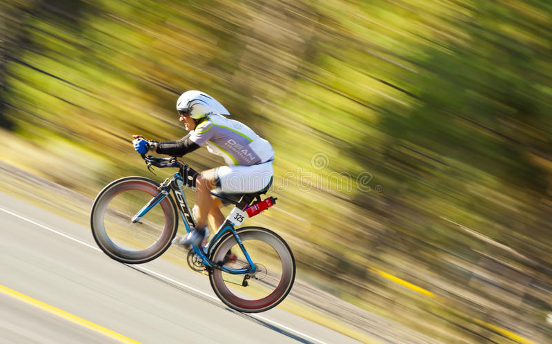 Piloto da bicicleta do homem da expedição fotografia de stock