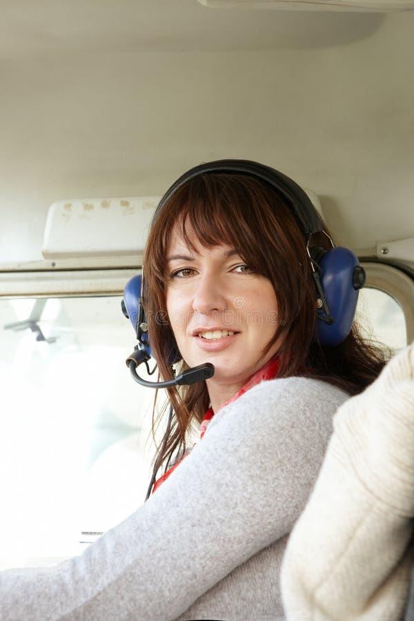 Piloto da mulher no plano fotografia de stock royalty free