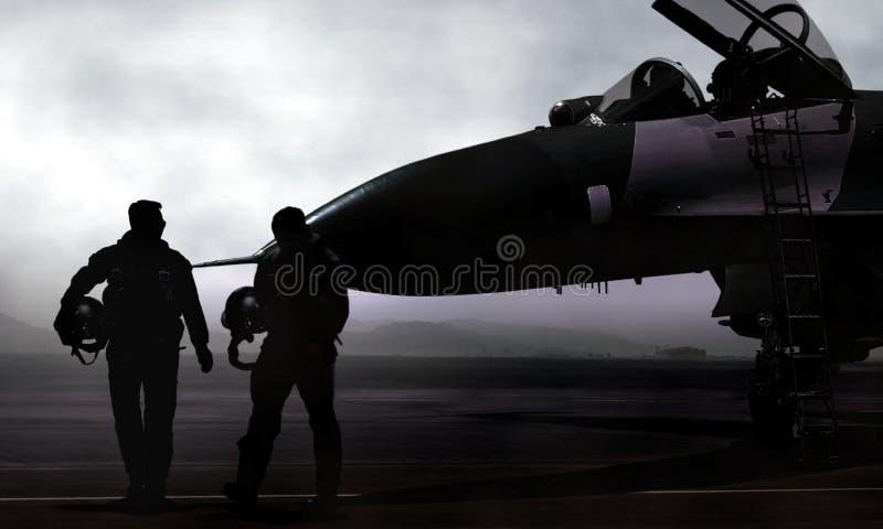 Piloto de caça e jato na base aérea militar no alvorecer imagens de stock
