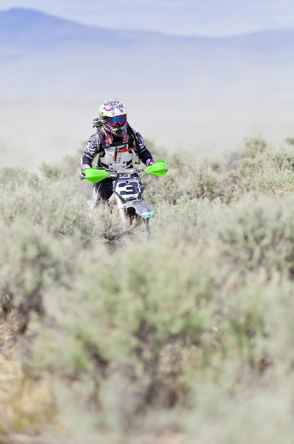Piloto de Dirtbiker da menina fotografia de stock