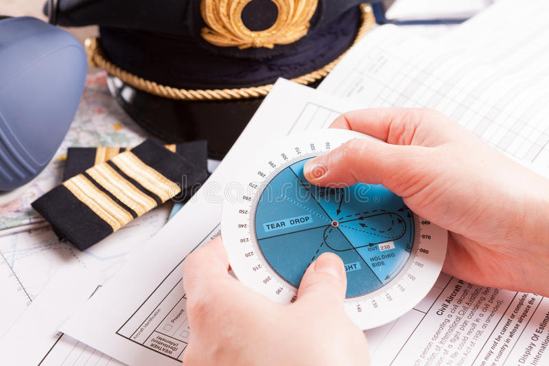 Piloto del aeroplano que llena en vuelo plan fotografía de archivo
