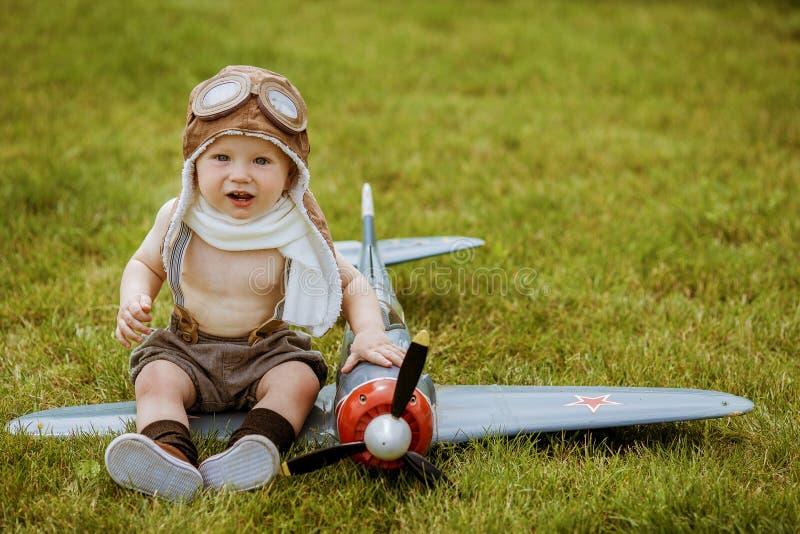 Piloto del niño Niño que juega al aire libre Piloto del niño con jetpack AG del juguete fotografía de archivo