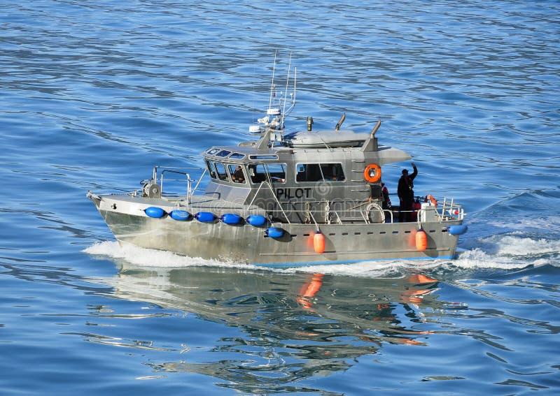 Piloto do Alasca Boat Leaving o navio de cruzeiros após com sucesso o Na fotos de stock royalty free
