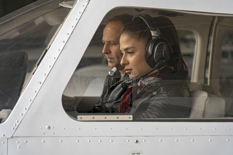 Piloto do estagiário e instrutor fêmeas do voo em uma cabina do piloto de aviões fotos de stock royalty free