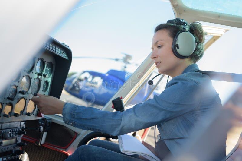 Piloto do helicóptero da jovem mulher imagens de stock royalty free