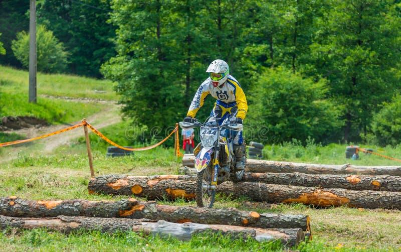 Piloto do motocross em obstáculos do log imagem de stock royalty free
