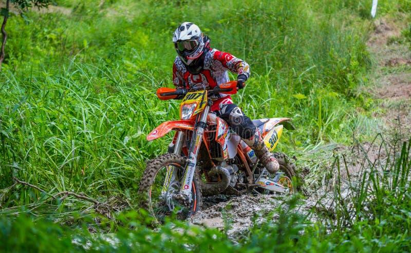 Piloto do motocross na lama imagens de stock