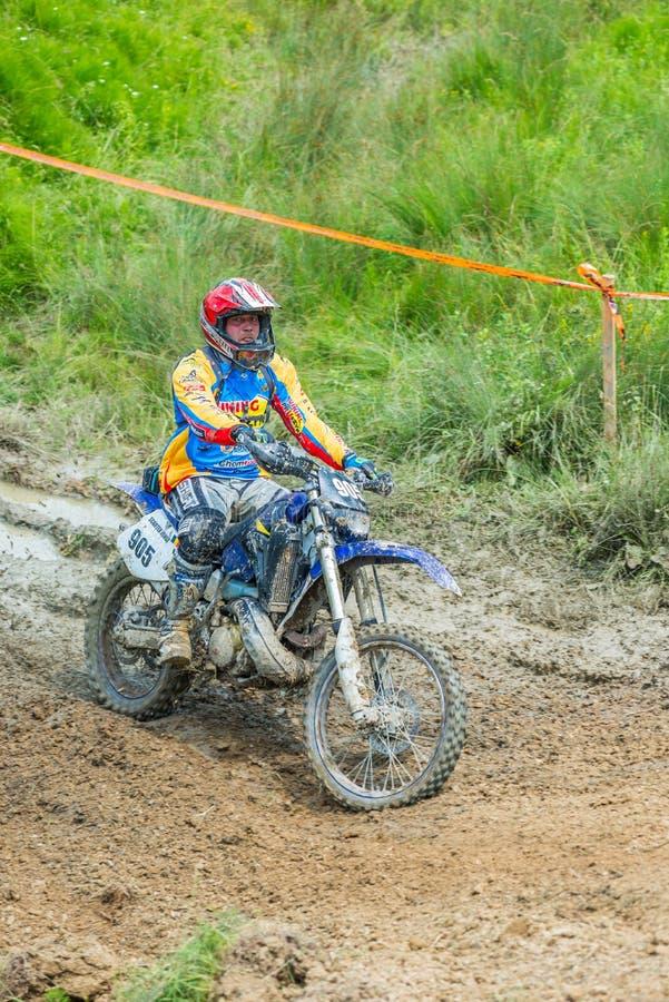 Piloto do motocross na lama fotografia de stock